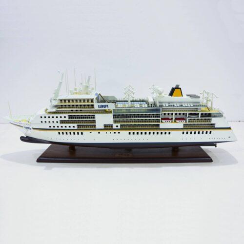Handgefertigtes Schiffsmodell aus Holz der MS Europa
